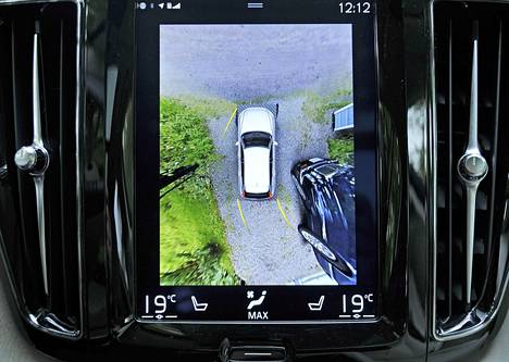 Peruutuskameran kuva on tasoltaan hyvä: 360 asteen näkymä helpottaa auton rajojen hahmottamista.