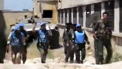 YK-tarkkailijoiden työ Syyriassa voi olla vaarallista. Tässä tarkkailijoita Talbeesan alueella Homsissa.