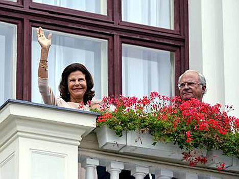 Kunigatar Silvia ja Kaarle XVI Kustaa tervehtivät tamperelaisia raatihuoneen parvekkeelta.