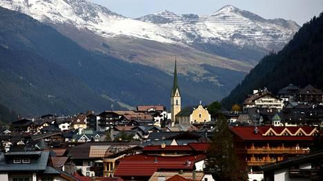 Yleisnäkymä Ischglin kaupunkiin Itävallan Tirolissa.