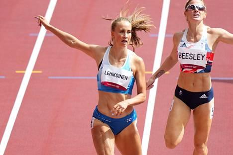 Viivi Lehikoinen ja Britannian Meghan Beesley Tokion olympiakisojen 400 metrin aitojen alkuerässä.