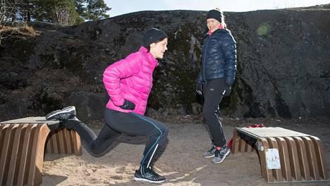 Elena, 54, innostui kuntoilusta vasta tämän vuoden helmikuussa. Avuksi Hietarantaan löytyi normaaliolissa kuntosalilla työskentelevä personal trainer Daniela, 36.