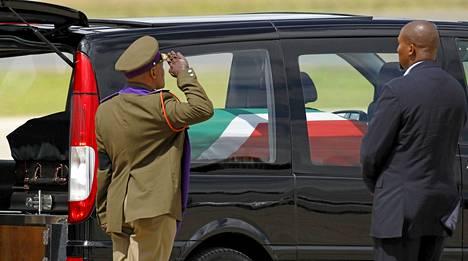 Nelson Mandelan arkku saapui lauantaina Mthathan lentokentälle, josta sen matka jatkui kohti Qunua.