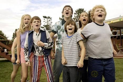 Kesäelokuvassa The Sandlot 2 joukko lapsia alkaa selvittää, asuuko naapuritalon pihalla todellakin vaarallinen hirviökoira.