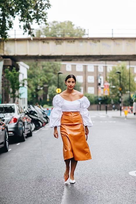 Nahka- ja keinonahkavaatteet eri väreissä ovat avainasemassa syksyn ja talven pukeutumisessa. Myös puhvihihat kuuluvat hetken trendeihin.