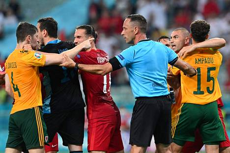 Walesin ja Turkin pelaajat piti erottaa toisistaan voimalla.