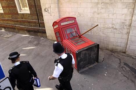 """Vuonna 2006 Lontoon Sohoon ilmestyi Banksyn luoma """"tapettu puhelinkoppi""""."""