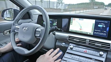 Tämä on mahdollista yhä useammin - tasanopeuden lisäksi auto osaa pitää kurssin oikeana. Kuvassa Hyundai Nexo.