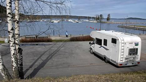 Karavaanareille rakennetaan lisää lyhytaikaisia parkkeja. Kuvassa on Lahden keskustan tuntumassa sijaitseva Teivaan vierasvenesataman matkaparkki.