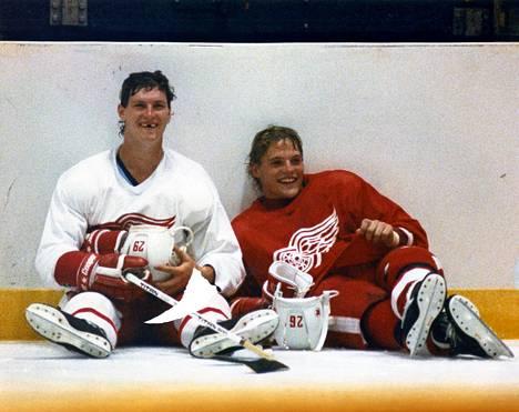 Bob Probert (vas.) ja Joey Kocur tunnettiin Detroitissa nimellä Bruise Brothers, turpaanvetoveljet.