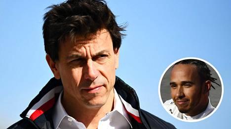 Lewis Hamilton pelkää, että Mercedes-tallin alamäki alkaa, jos Toto Wolff lähtee.
