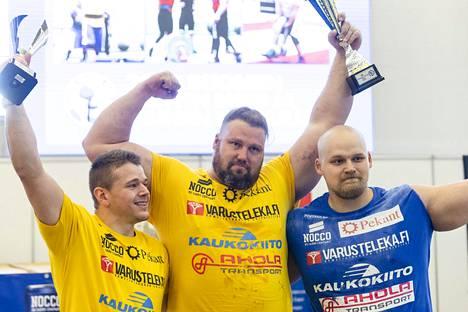 Voittoisa kolmikko, alle 105-kiloisten ykkönen Jiri Grönman (vas.), Mika Törrö ja ensikertalainen Jesse Pynnönen.