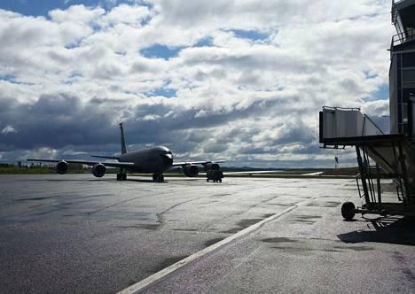 Rissalassa kentällä 141. Ilmatankkauslennoston Boeing KC-135-ilmatankkauskone. Melkoinen lentävä kylmäasema.
