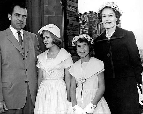 Onnellinen ydinperhe: Richard ja Pat Nixon saivat kaksi tytärtä, Trician ja Julien.