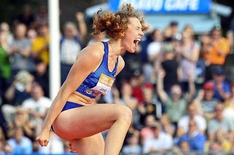 Ella Junnila tuuletti Turun stadionilla tiistaina. Hän teki korkeushypyssä uuden Suomen ennätyksen.