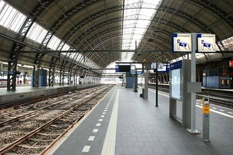 Koronviruspandemia on autioittanut julkiset paikat lähes kaikkialla maailmassa. Kuva otettiin Amsterdamin keskusrautatieasemalla keskiviikkona.