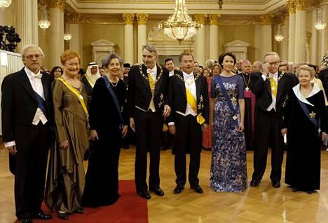 2012 Linnassa kuvaan asettautui neljä presidenttiparia: tohtori Pentti Arajärvi (vas.) ja presidentti Tarja Halonen, rouva Tellervo Koivisto ja presidentti Mauno Koivisto, presidentti Sauli Niinistö ja rouva Jenni Haukio sekä presidentti Martti Ahtisaari ja rouva Eeva Ahtisaari.