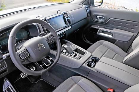 Ohjaamo on käytännössä ennallaan. Citroën pyrkii harmoniseen ajotunnelmaan, mik lisää matkustusmukavuutta.