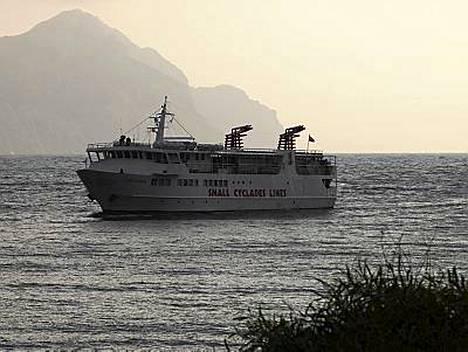 Laiva saapuu Amorgoksen satamaan.