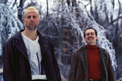 Pikkukonnan rooli rikoskomediassa Fargo osoittautui Peter Stormaren läpimurroksi. Toisena konnana nähtiin Steve Buscemi.
