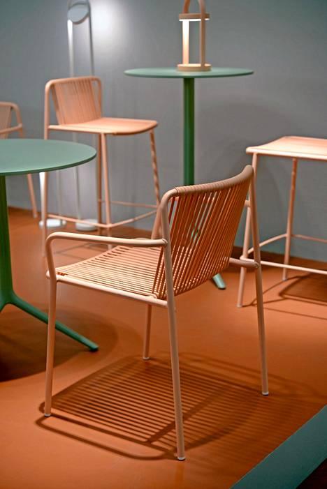 Värikäs ja pinottava Tribeca-tuoli sopii myös ulkokäyttöön, Pedrali.