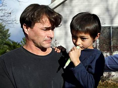 Richard Heene poikansa Falcon Heenen kanssa kotipihallaan Fort Collinsissa, Coloradossa.