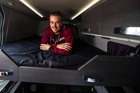 Aleksi Vilkko kertoo nauttivansa autossa asumisesta.