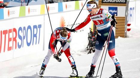 Tiril Udnes Weng lohduttaa maalissa pettynyttä Maiken Caspersen Fallaa. Norjalaispari sijoittui sunnuntaina naisten parisprintissä vasta kuudennelle sijalle.