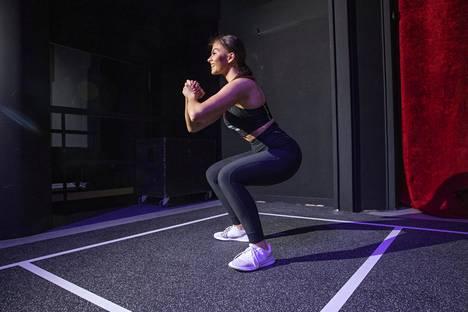 Kyykky on perushyvä liike treeniin kuin treeniin. Mallina Kata Kämäräinen.