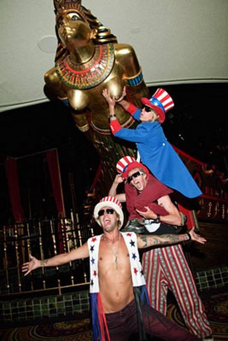 Duudsonit poseerasivat Kleopatran patsaan vieressä Las Vegasissa.