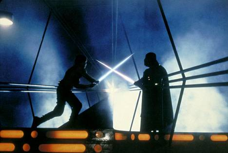 Imperiumin vastaiskun valomiekkailukohtauksissa Darth Vaderin puvun puki ylleen miekkailijamestari Bob Anderson.