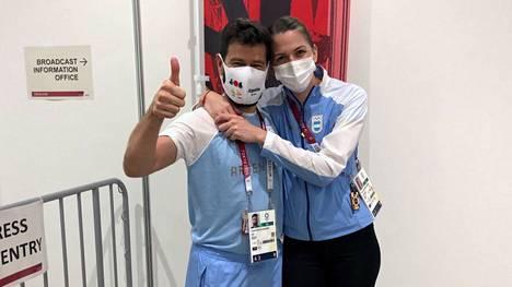 Tuore kihlapari Lucas Guillermo Saucedo ja Maria Belen Perez Maurice poseerasi onnellisena Tokion kisojen haastattelualueella.