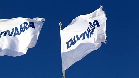 Repaleiset Talvivaaran liput liehuivat kaivoksen pääportilla Sotkamossa 12. maaliskuuta 2015.