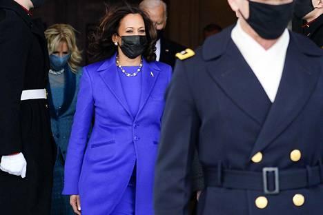 Kamala Harris nähtiin virkaanastujaisissa ensin violetissa puvussa.