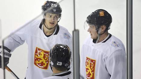NHL-joukkueidensa ykkössentterit Sebastian Aho (vas.) ja Aleksander Barkov ovat todennäköisesti Leijonien kärkisentterit olympialaisissa.