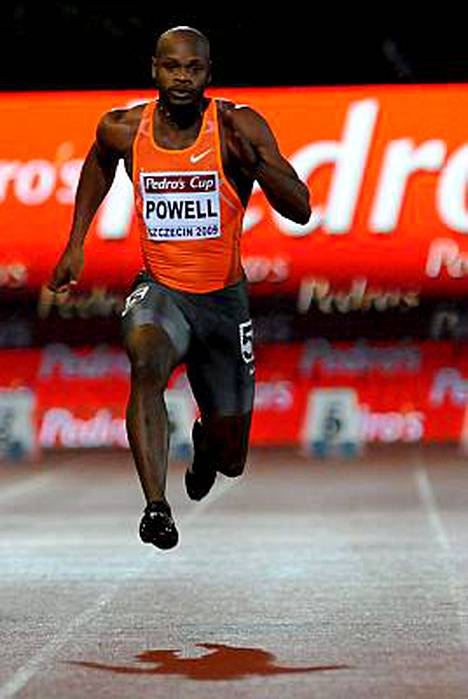 Syksyn viileys ei tunnu hidastavan ainakaan Asafa Powellin menoa.