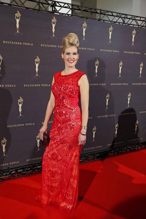 Toimittaja Marja Sannikka edusti punaisessa iltapuvussa.