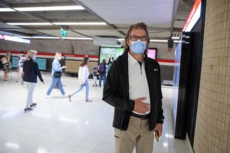 Eero Vallströmin mukaan maskeja käytetään pääosin hyvin, vaikka protestoijiakin löytyy.