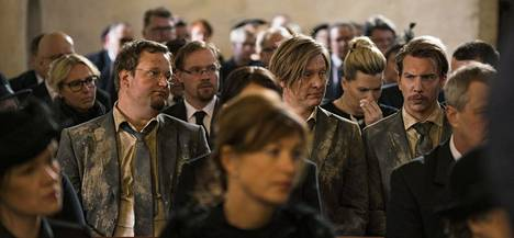 Antin (Sami Hedberg), Tuomaksen (Jaajo Linnonmaa) ja Niklaksen (Aku Hirviniemi) matka käy hautajaisten kautta.