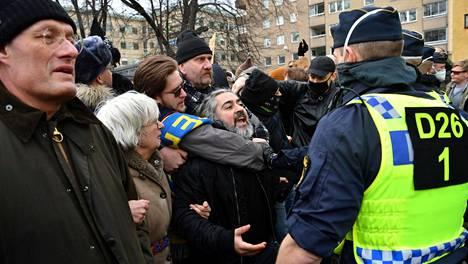 Tukholman poliisi hajotti koronarajoituksia vastustavan mielenosoituksen kaupungin keskustassa lauantaina.
