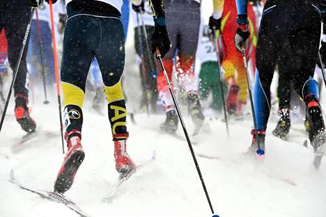 Aktiivihiihtäjät ostavat sukset ja menevät sinne, missä on lunta. Kuva nuorten hiihdon MM-kisoista Lahdesta viime vuodelta.