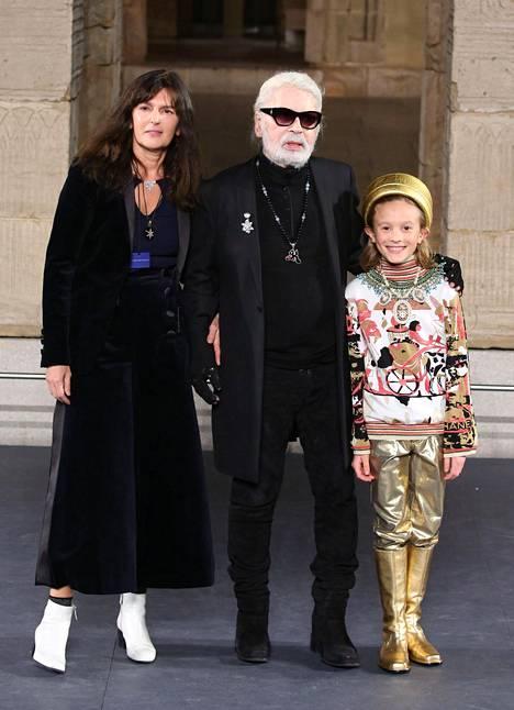 Karl Lagerfeld viimeisinä elinkuukausinaan Hudson Kroenigin kanssa näytöslavalla joulukuussa 2018.