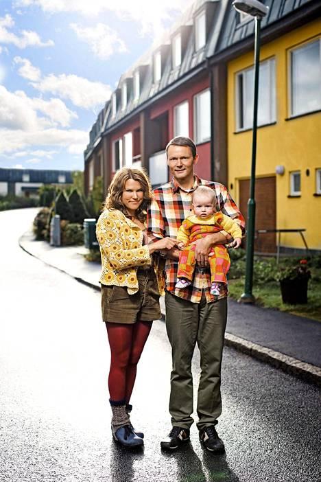 Mia Skäringer tunntetaan Suomessa parhaiten komediasarja Solsidanin Annana. Annan puolisoa Alexia esittää Felix Herngren.