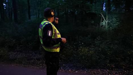 Poliisi Helsingin Käpylässä myöhään maanantai-iltana.