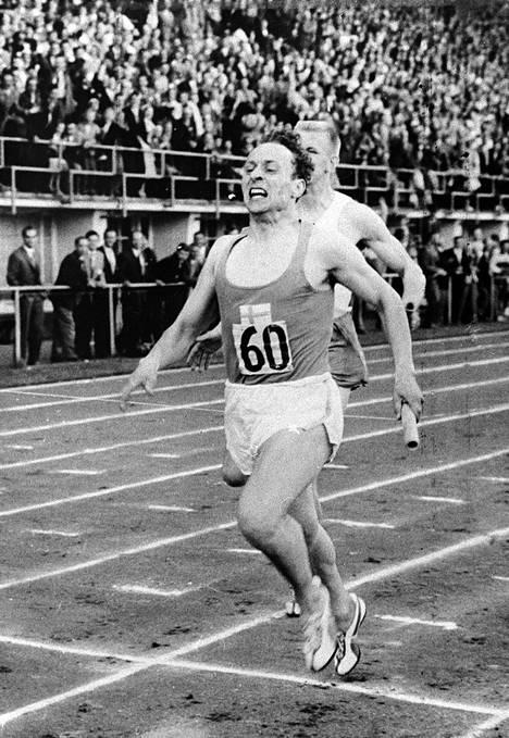 Ruotsin-tappajana tunnettu Voitto Hellsten kuvattuna voittamassa maaottelun 4x400 metrin viestin Olympiastadionilla syyskuussa 1958.
