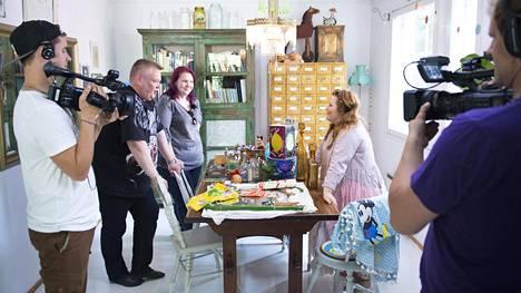 Suomen huutokauppakeisari kävi Kiti Kokkosen luona ostamassa tuotteita. Vasemmalta Kristian Isotalo, Aki ja Heli Palsanmäki, Kiti Kokkonen ja Matti Salmijärvi.