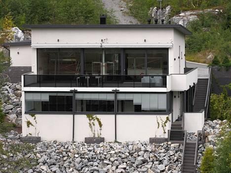 Kapasten myynnissä olevaan taloon kuuluu laaja rantatontti.