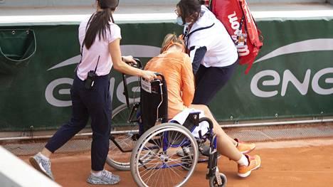 Kiki Bartens autettiin pukusuojaan pyörätuolilla.