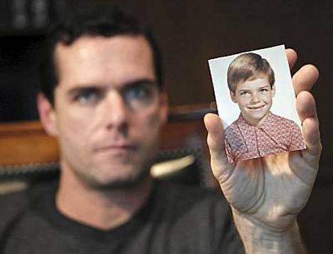 Hyväksikäyttäjänsä hakkamisesta syytetty Will Lynch näyttää kuvaa itsestään lapsena.