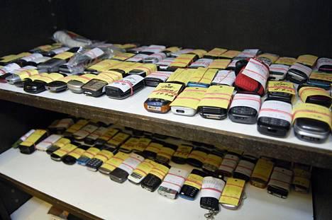 Puhelimia unohtuu eniten taksiin. Kuva poliisin löytötavaratoimistosta.